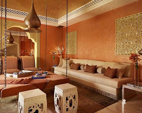 受到伊斯兰文化和欧洲文化的影响,阿拉伯风格逐渐形成了具有民族特色的建筑和室内装饰。阿拉伯建筑肃穆而多变,要求空间高挑而宽阔,宏伟而雅致的穹窿是其独特的标志之一。室内多出现尖拱、马蹄拱或多叶拱形态的窗户或入口;布艺是阿拉伯风格最重要的装饰之一,多以棉、麻和丝织品为主,织物色彩炫丽,纹样元素多变,地毯更是阿拉伯家庭必备用品之一。阿拉伯人重手工,多使用织造地毯、陶器、铁艺、土制或玻璃水晶制品等。在现代的阿拉伯居室装饰中,把特有的民族风采和时尚结合,融合了现代欧式或现代元素,简化了室内建筑结构,仅保留形态.