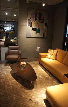 黄色转角真皮沙发,搭配棕色实木茶几