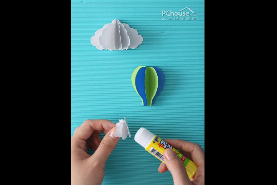晴雨表自然需要一个大墙面,玄关自然是最好的展示地区。一进门就能看见可爱的天气预报,是不是连心情都会变得不一样了呢?大晴天自然是阳光明媚,心情好的想要飞起来一样。那就用氢气球代表一下,让你的快乐也感染别人吧。秋雨下起来也是没完没了,绵绵细雨是不是撩起你散步的好心情?带上一把心爱的小红伞,这样的鬼天气也是开心的好日子。大风天的也是很烦人。好在可以在家做个晴雨表,让小风车把自己乱糟糟的心情也一起带走吧?   如果你每天都要面对繁琐的工作,无法释放工作压力时,这一手工制作就非常适合你了,颜色丰富,能把自己浮躁
