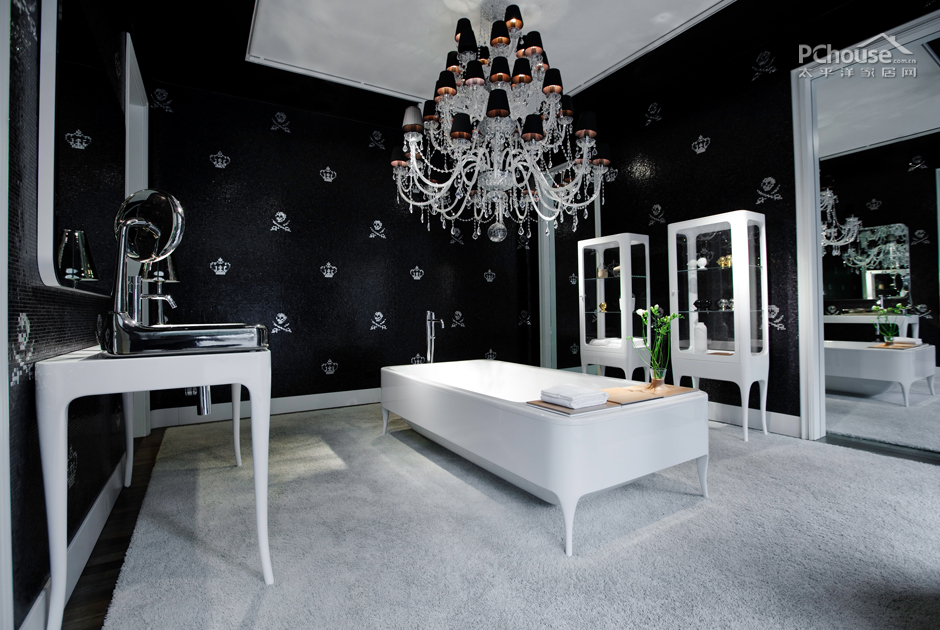 黑与白的高对比度给人视觉上的冲击,白色的基底搭配黑色的洁具,制造出无与伦比的酷感,圆润的造型适当地中和了冷硬感,酷感中也不乏一点点可爱。质感在黑与白的浴室中很重要,大理石的台面,光亮的面盆,就连小圆镜子的边框也如此圆润,把握好质感才是打造黑白浴室的关键。有时候一点繁复的雕花会让黑白浴室更加丰富,也能在黑白的未来感之余带给我们一些精致、古典的气息。方正的浴缸,因为外侧的一圈黑色而显得更加端庄,在大面积的白色之中,黑色永远是低调的点睛之笔。   白色是干净的象征,容易让人联想到实验室、太空飞船等充满科技感