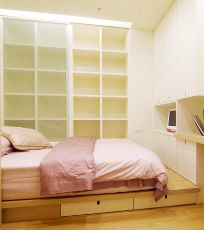 房间以榻榻米方式设计,规划出了收纳区域,以深浅不同的实木搭配出层次