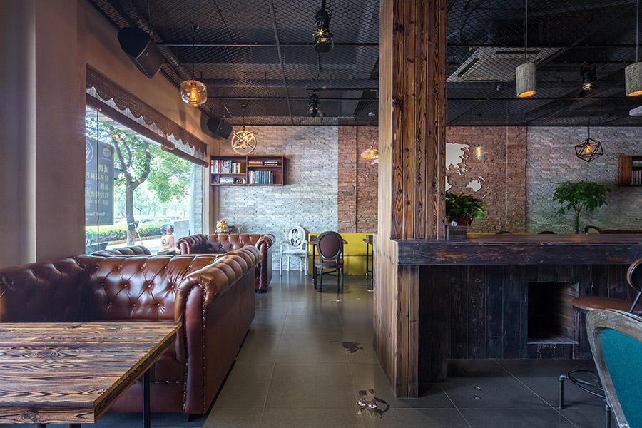 做旧处理的木纹纹理与棕色的软皮沙发形成强烈的对比,为顾客带来舒适