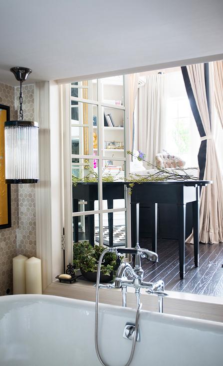 一对白色蜡烛,一双复古欧式吊灯,透过浴室的落地窗,还可以看电视,可见