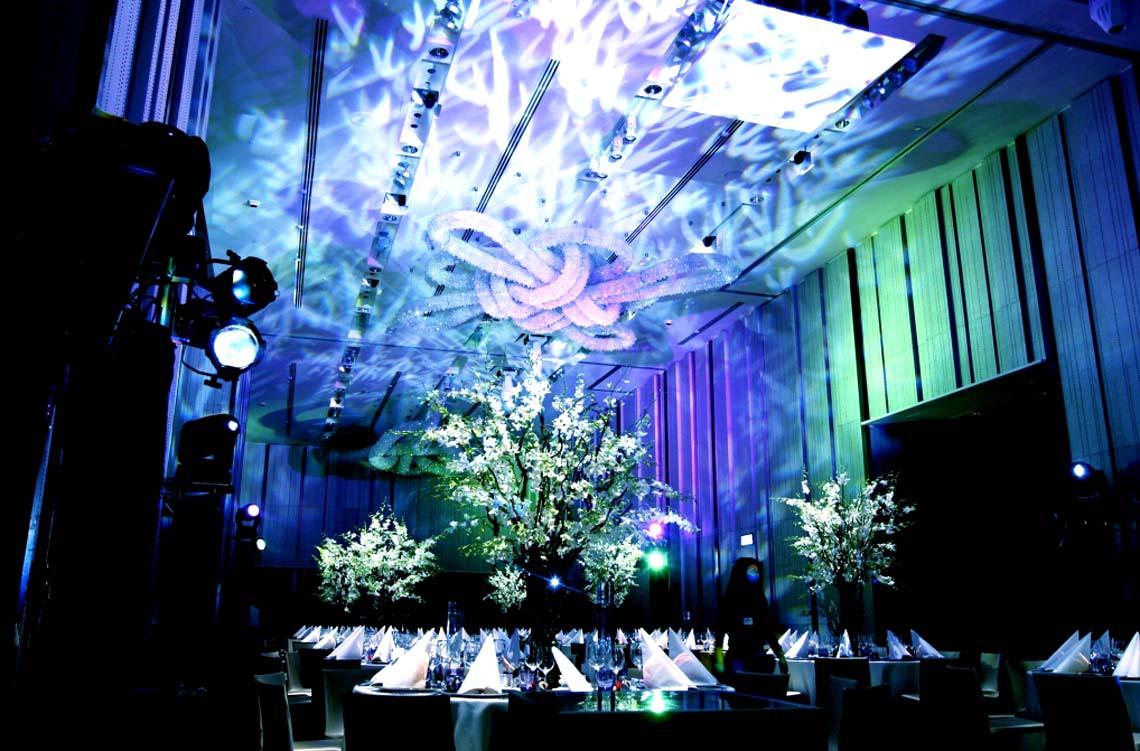 迷人的灯光效果 营造不一样的现场氛围装饰通过荧光蓝色灯光投影散落
