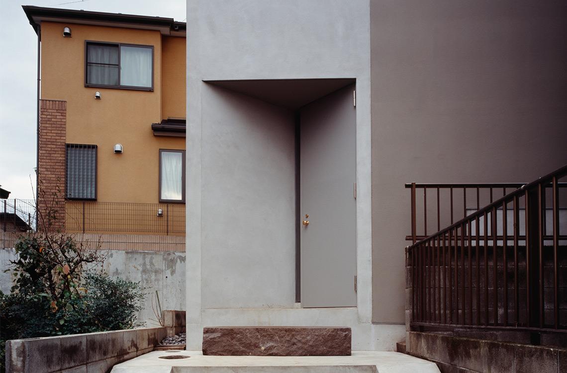 简练的设计架构,创意的三角形小门引导出空间的流畅