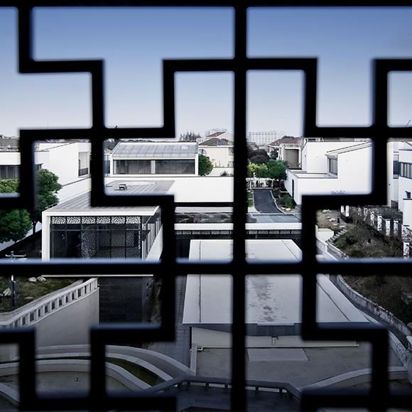 同时格栅设计很符合古典的建筑风格
