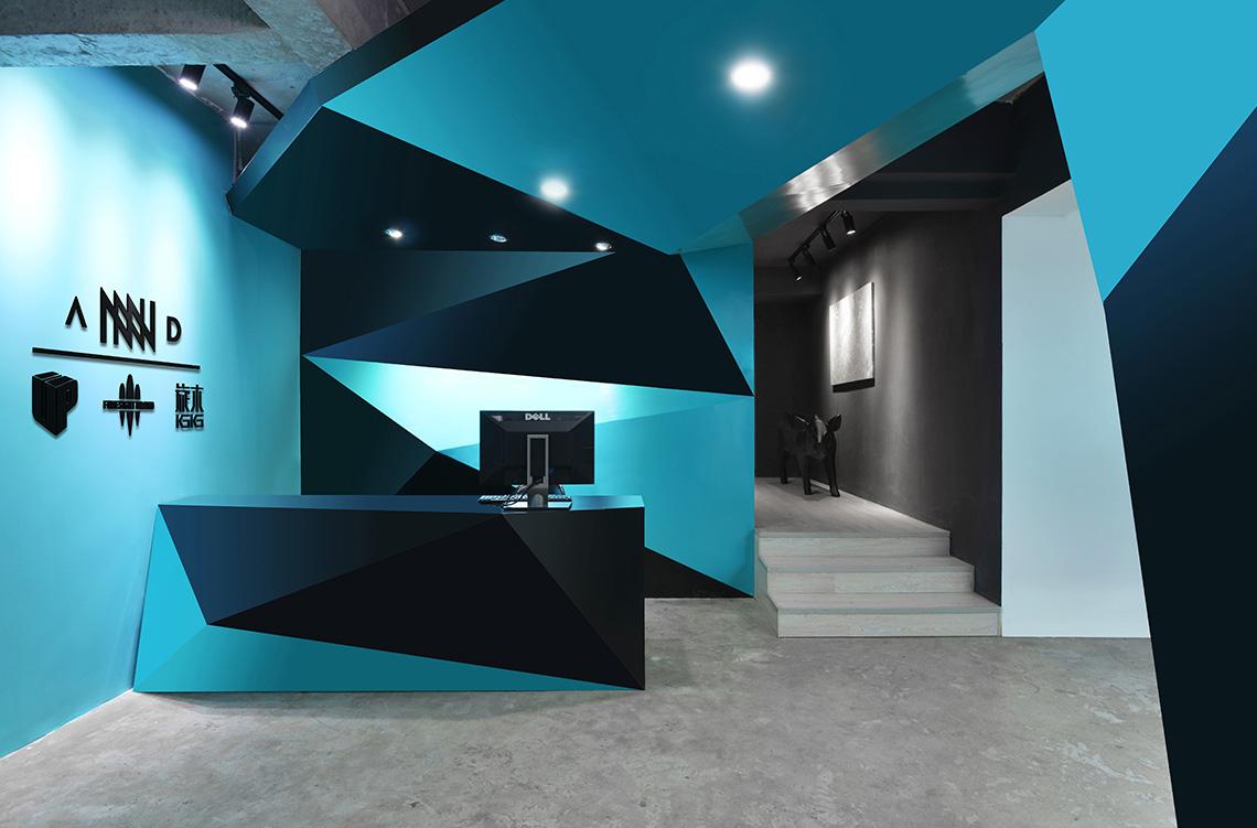 大面积蓝黑几何色块交错拼接,理性与想象相辅相成了概念化的前台.图片