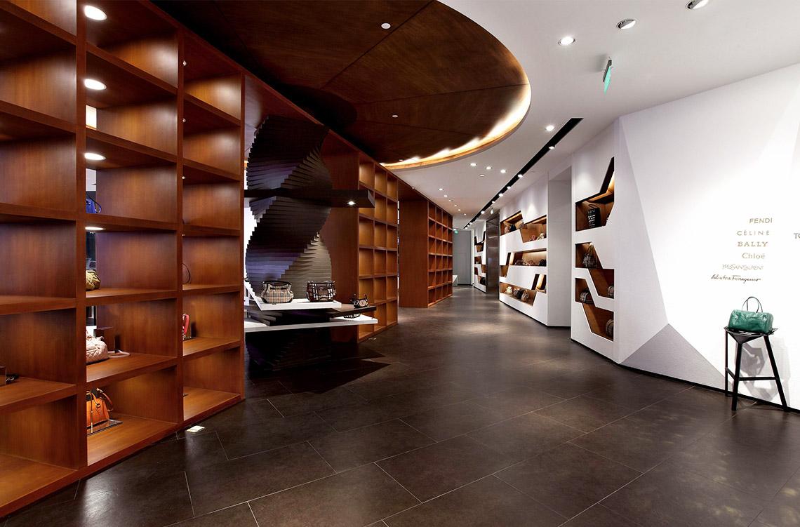 咖啡色系的地面和木饰面呼应墙面的真石漆,强调材质的肌理感,设计师将