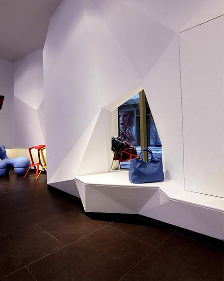 店内的家具陈设精心选择,与简洁的室内设计形成鲜明对比,并且很好地