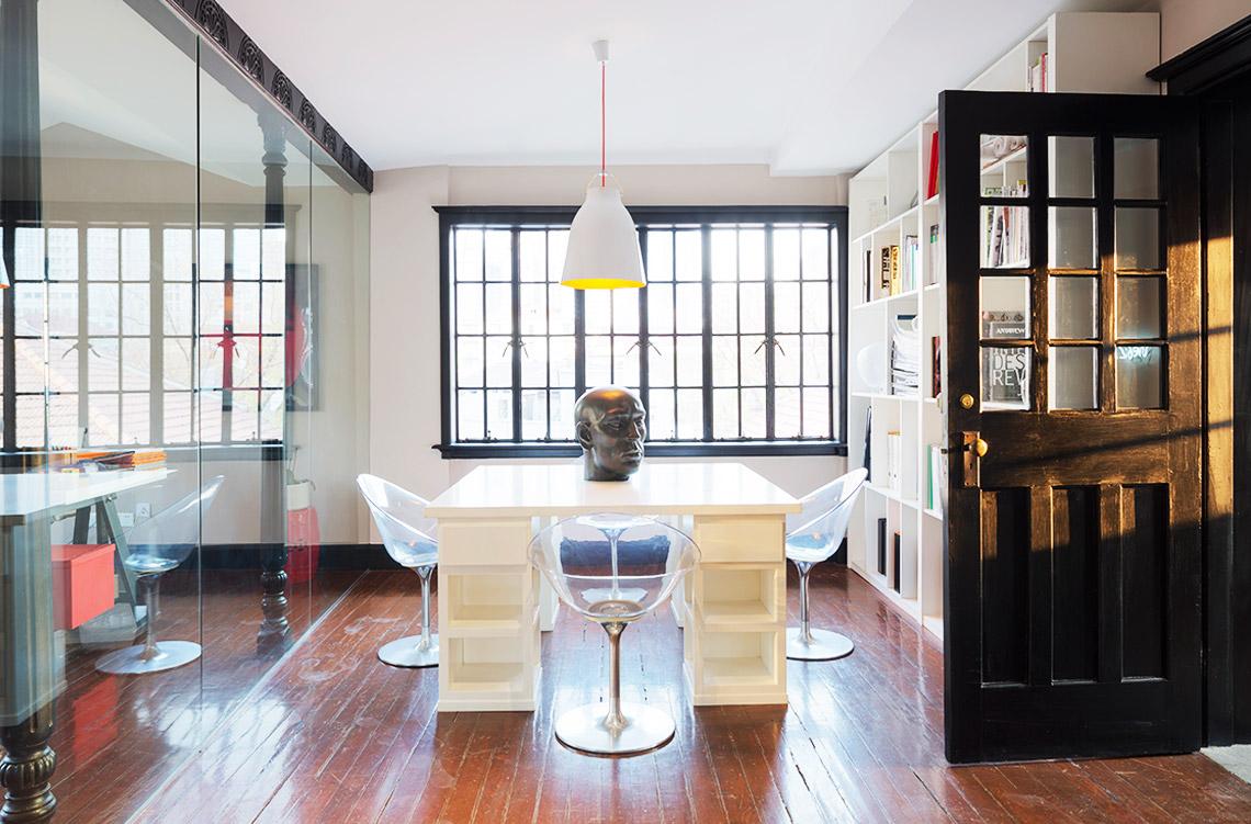 浅色调的木地板和夸张的不锈钢镜子点亮了比较阴暗的