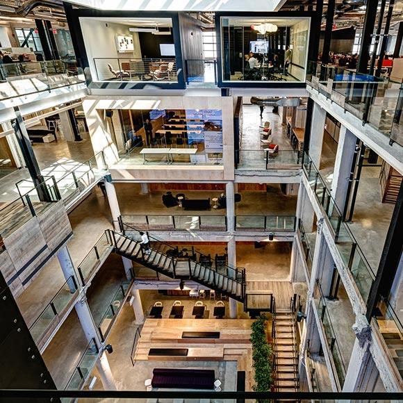 五层的空间结构呈现一派气势恢宏的个性.