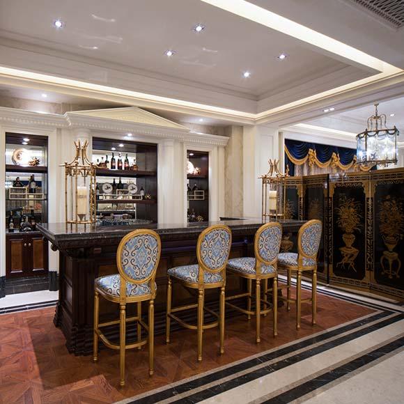 前台设计  一踏入售楼处,首先映入眼帘的就是美妙变换的地板,设计师用纹理优美的大理石作为地板的主要装饰,加上几何美学元素的点缀,圆形的肌理将视觉完全定格在大厅里,空间时尚前卫而富有欧式韵味。在售楼的前台处,墙面的素色处理与白色吊顶、深色柜台和艺术地板形成鲜明的对比,整体空间典雅大气、舒适高端。同时还有左右对称的六个柱子和两个欧式人物雕像,于现代时尚中传递出古典气息。.