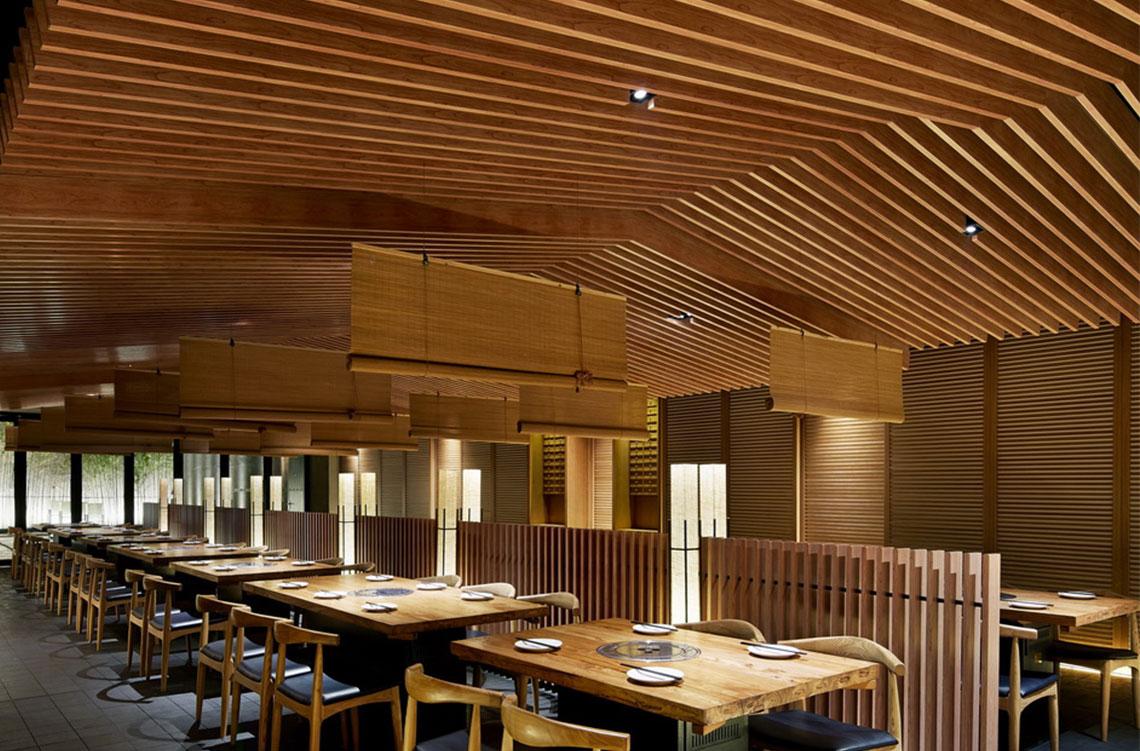 餐厅内景  设计师巧妙运用各种灯光和不同的区域营造出具有创意,又引人注意的空间。餐厅里包括酒吧,寿司区,就餐区和日本料理区。虽然有多个不同功能的区域,但这间餐厅整体还是传递出强烈的创新意味。餐厅布置时尚别致,为客人提供休闲放松的环境。...