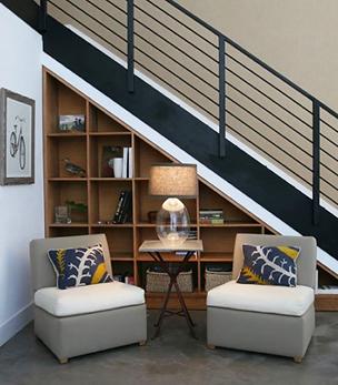 展示柜可依楼梯的方向设计,做成大小不一的柜子,上面可以摆上精美的