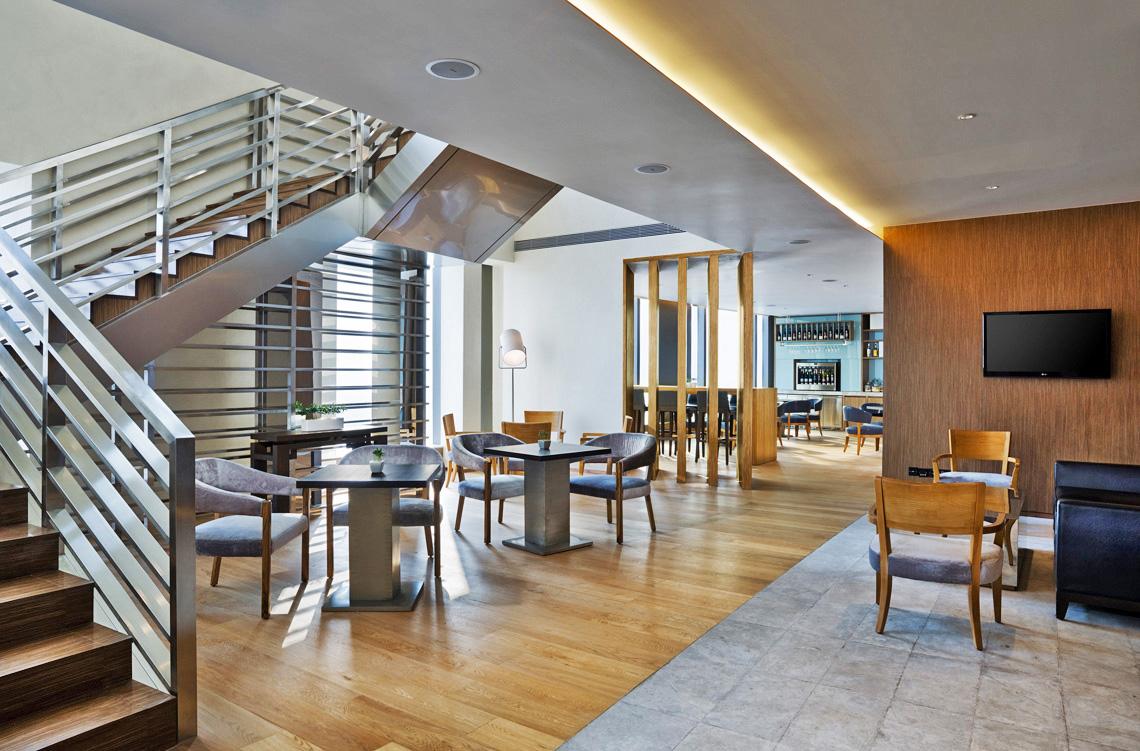 客厅的组合设计,基本具备了套房的所有功能