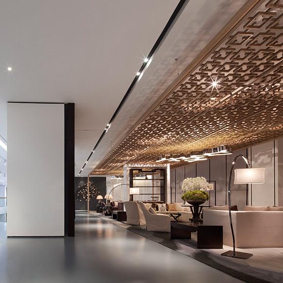 设计师用经过简化提炼的中式木格元素在空间天花板