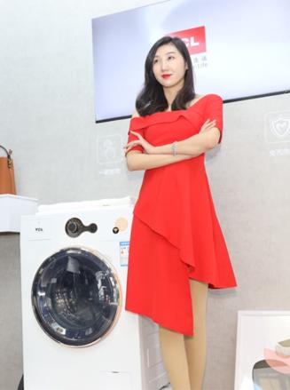 美女展示TCL新款洗衣机